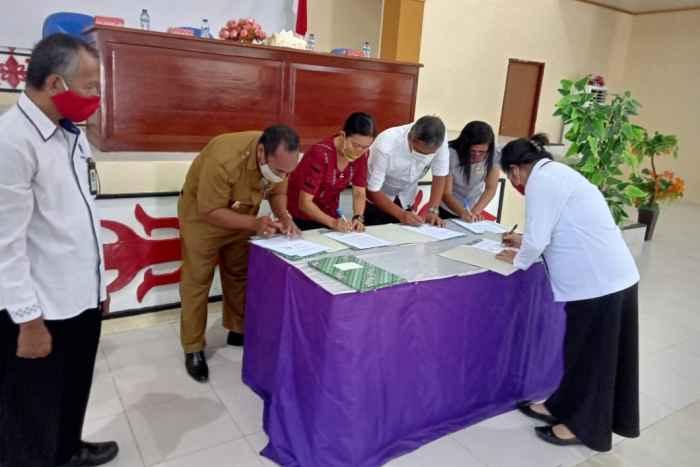 Penandatanganan MoU antara Kepala SMK Negeri 6 Ambon (kiri) dengan Kepala BLK Ambon, Yulianti Matandung, S.Sos. M.M (depan).