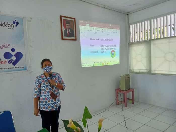 Narasumber Orientasi PK 21, Sarah Hitipeuw, SE, sedang menyampaikan materi.