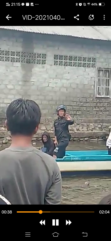 Terduga pelaku cabul saat di bawa dari Desa Ilath ke Kota Namlea Jumat (03/04)