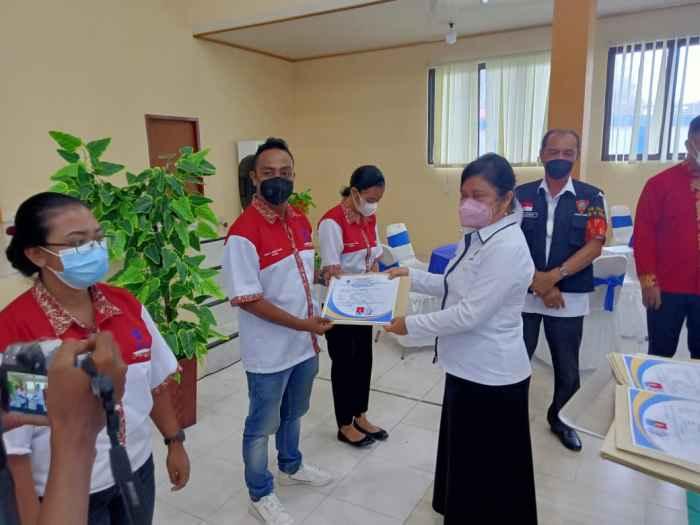 Kepala BLK Ambon, Yulianti Matandung, S.Sos. MM menyerahkan Sertifikat kepada Lulusan BLK Ambon.